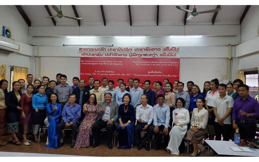 """Khai giảng khóa bồi dưỡng nghiệp vụ báo chí """"Kỹ năng viết về gương người tốt, việc tốt"""" cho các nhà báo Lào"""